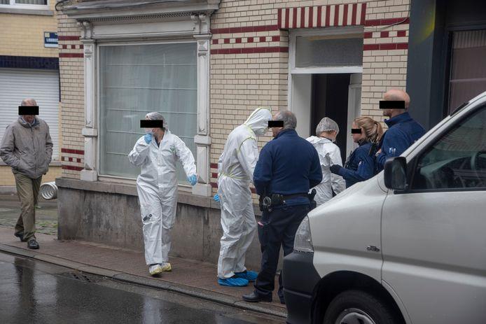 Het gerechtelijk labo voert onderzoek uit in een woning aan de Van Cromphoutstraat in Wetteren.