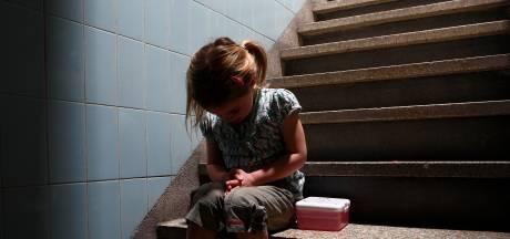 Kind opgesloten op balkon terwijl ouders thuiswerken: hulpverleners bezorgd om tientallen gezinnen
