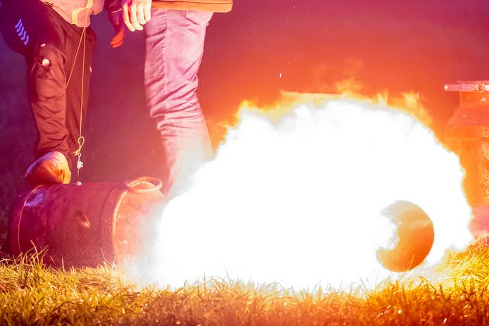 Carbidschieten in een weiland is populair dit jaar in verband met het vuurwerkverbod.