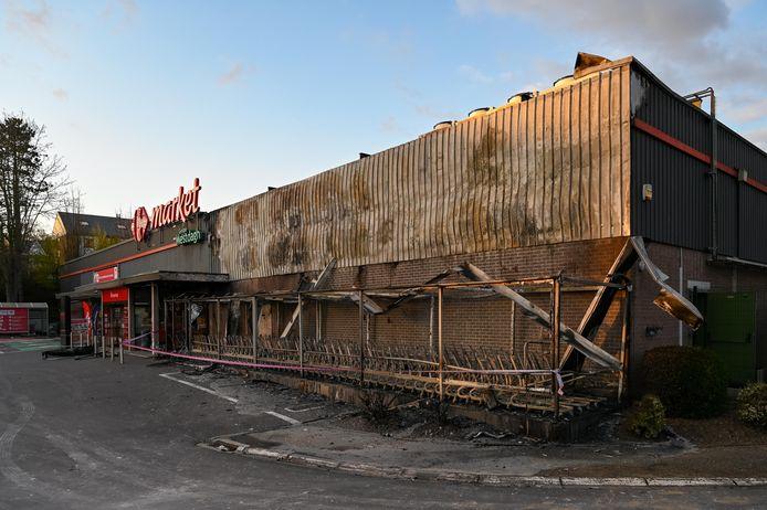 Le feu a été bouté dimanche aux caddies, puis s'est propagé à une partie de la façade du supermarché.