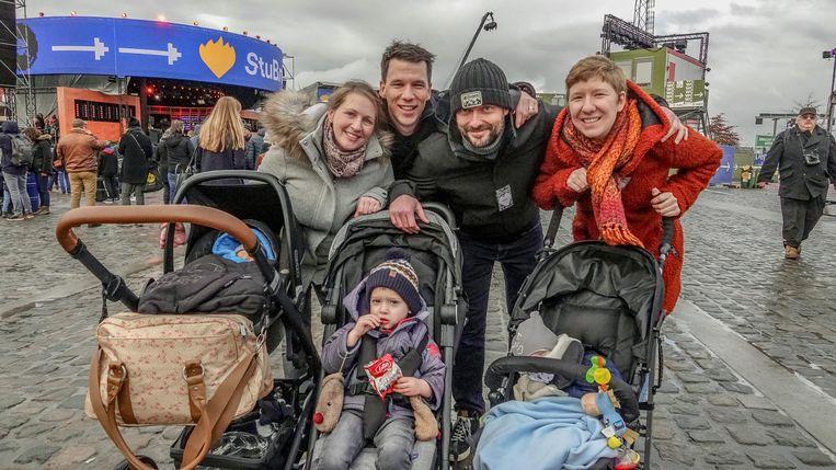 Elke Viaene en Lenny Naert met kinderen Nand (op 25 november geboren) en Mauro (3), samen met Gijs Deroose en Sarah Vandamme en hun zoon Lars (14 maanden).