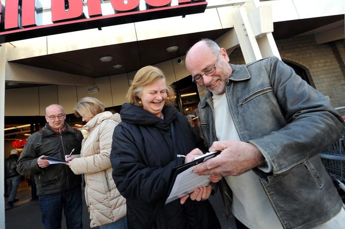 De wijk Noordgeest verzamelde in 2016 handtekeningen voor behoud van het winkelcentrum. Lucas Jansen (rechts), een van de initiatiefnemers voor die actie, stapt nu in de wijkcommissie