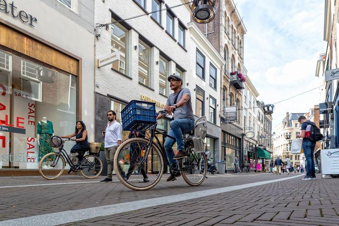 Het fietsverbod in de Haagse Hoogstraat en andere winkelstraten in het centrum gaat pas vanaf volgende maand in.