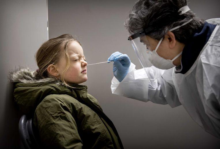 Een meisje uit de gemeente Lansingerland ondergaat een coronatest. Beeld EPA
