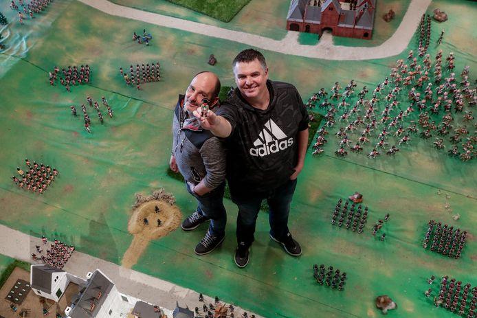 Laurent Lafont (links) en Robert Borriello bij hun maquette van de Slag van Waterloo.