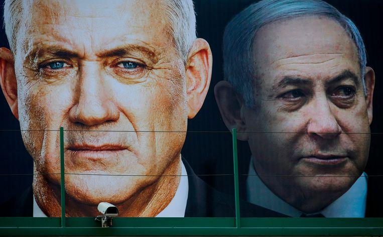 Verkiezingsposter van Benny Gantz met op de achtergrond het gezicht van premier Bibi Netanyahu. Gantz ging vorige maand de verkiezingen in met de belofte het premierschap van Netanyahu te beëindigen. Beeld AFP