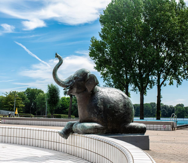 De slurf van het olifantje bij het Sloterparkbad dient als fontein.