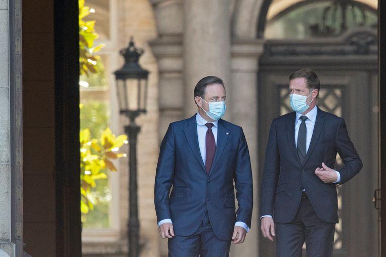 Bart De Wever (N-VA) en Paul Magnette (PS) op de koffie bij koning Filip. Beeld Photo News