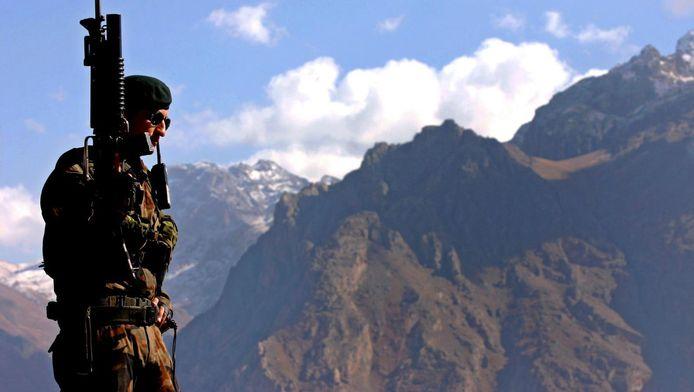 Een Turkse soldaat op patrouille in het grensgebied met Irak