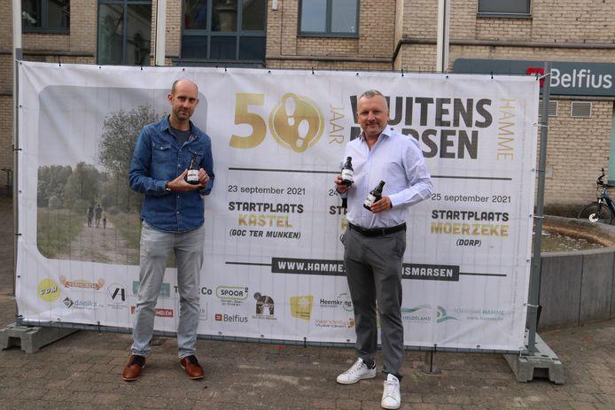 Schepen Tom Vermeire (rechts) met twee 'nieuwe' pintjes in de hand.