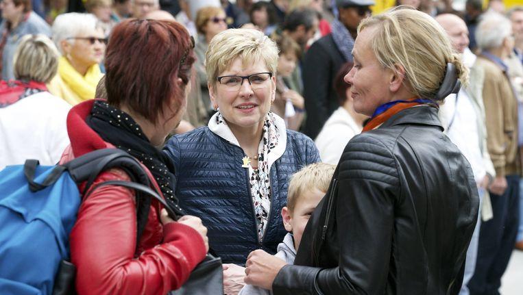 Staatssecretaris Elke Sleurs (midden) en Vlaams minister Liesbeth Homans (rechts) tijdens de N-VA-familiedag.