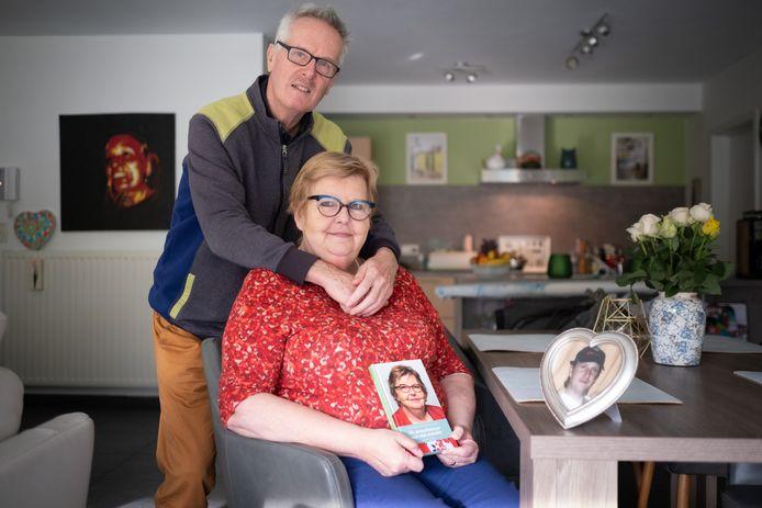 Arlette Aerts en Bert Smedts met het boek en de foto van hun overleden zoon.