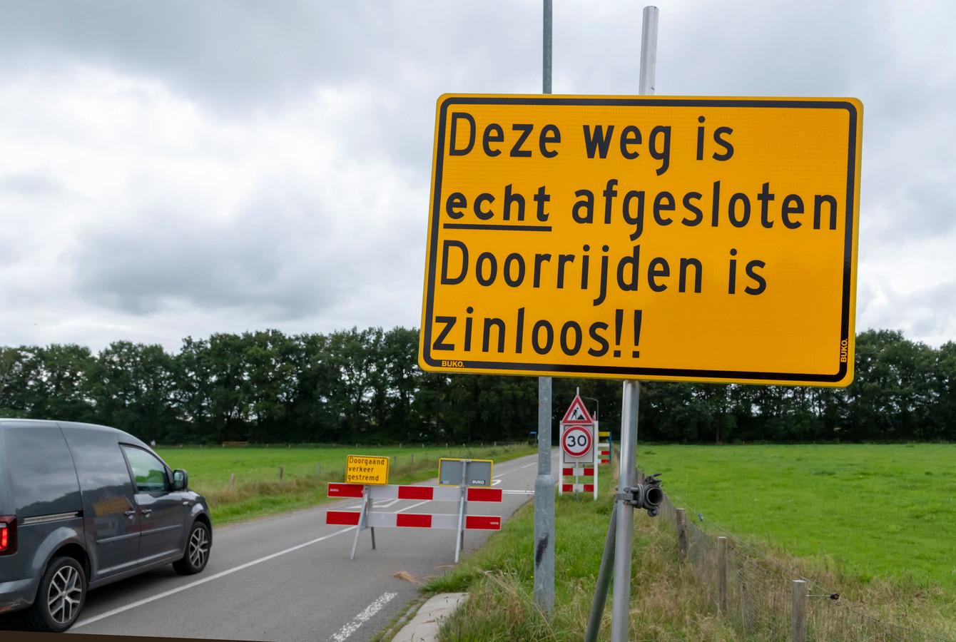 Bij alle toegangswegen rondom Speuld staan gele borden, waarop staat te lezen dat de weg écht is afgesloten en dat doorrijden 'zinloos' is.