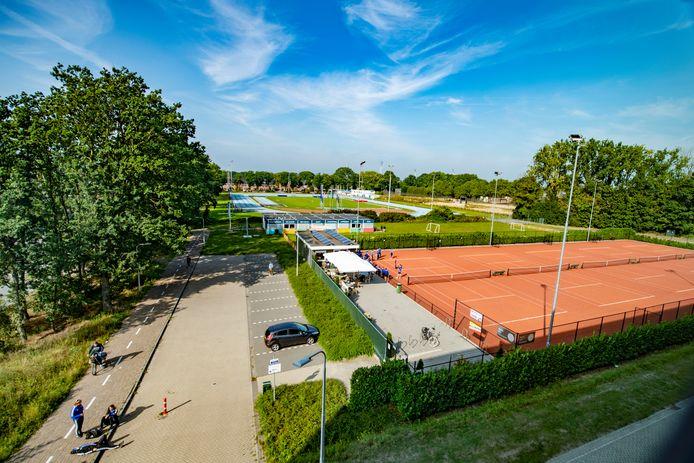 De tennisbanen en (in de verte) de atletiekbaan, de plek waar in de toekomst het Stappegoorpark wordt aangelegd.