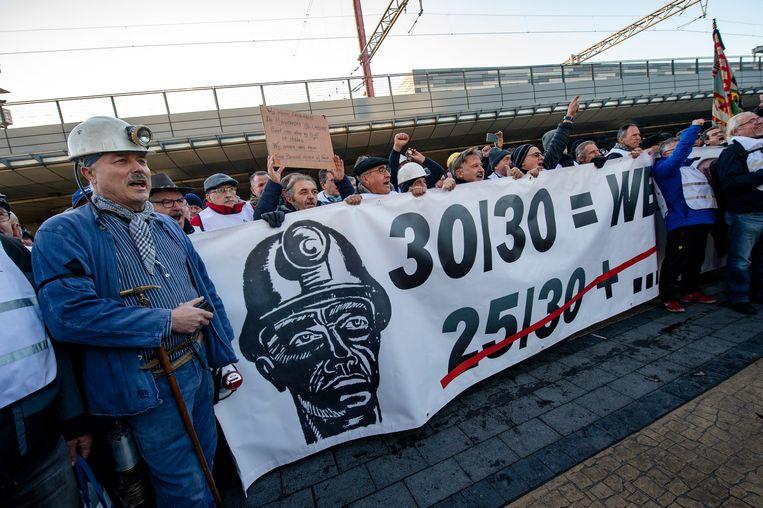 De kompels trokken eind vorig jaar nog de straat op in Brussel om een pensioen van 30 dienstjaren te eisen zoals hen was beloofd.   Beeld Photo News