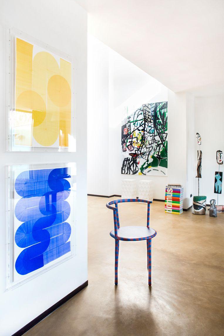 Abstracte tekeningen van Thomas Trum en een schilderij van Fleur De Roeck. Het driepotige stoeltje is een samenwerking tussen Bertjan Pot en Maarten Baas.  Beeld Senne Van der Ven