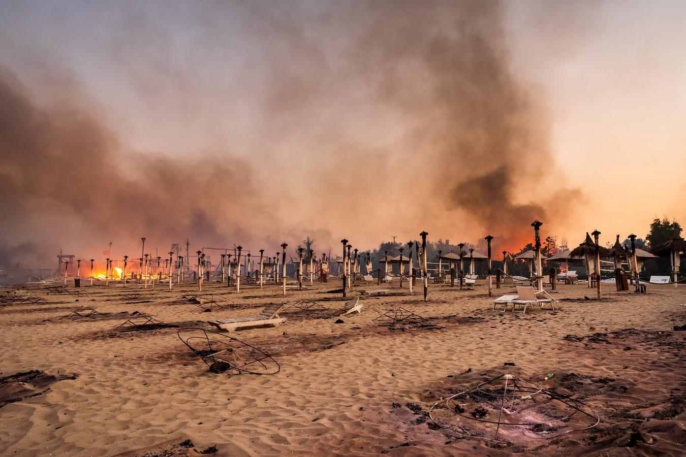 Incendie sur la plage de Le Capannine à Catane, en Sicile, en Italie, le 30 juillet 2021.