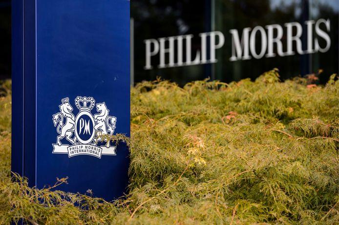 Het logo van Philip Morris bij een bedrijfsgebouw in Zwitersland.