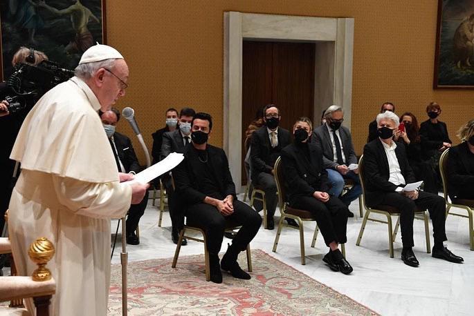 Dotan tijdens de speech van de paus.