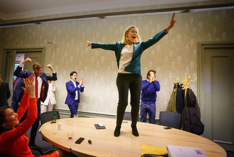 D66-lijsttrekker Sigrid Kaag verneemt de uitslag van de eerste exit poll in het partijkantoor tijdens de uitslagenavond.  Beeld MARTIJN BEEKMAN