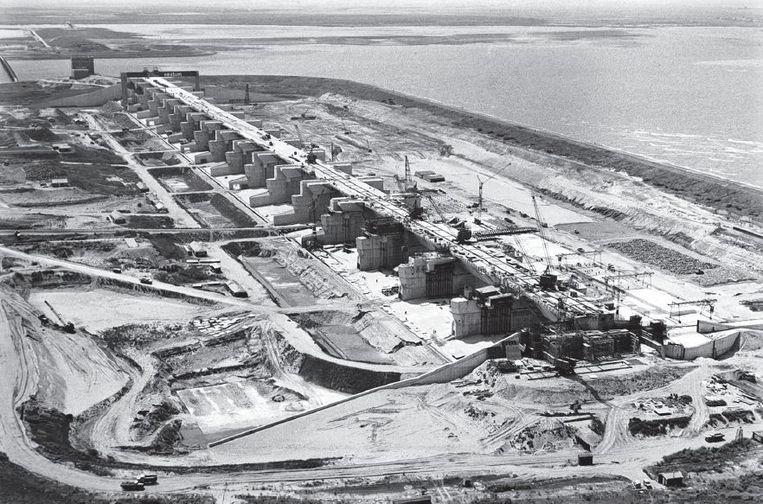 De Deltawerken in Zuid-Holland in aanbouw. Beeld anp