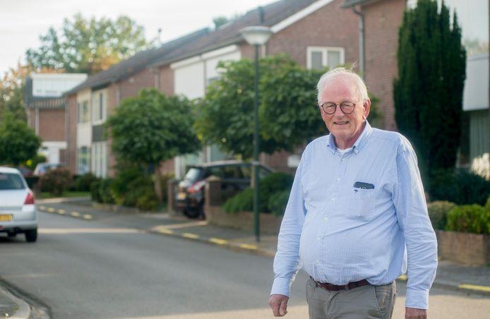Thijs Quik laat de Van Almondestraat in Veghel zien.
