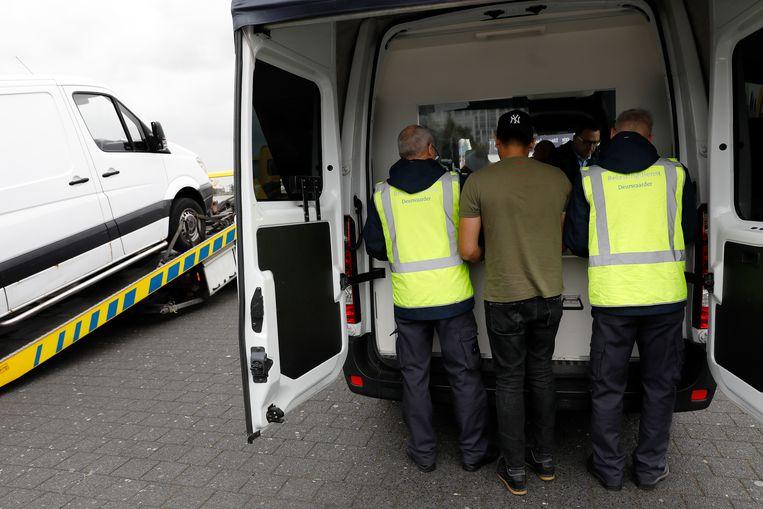 Deurwaarders controleren automobilisten op belastingschulden in Rotterdam-West. Het CJIB vraagt ze nu mild te zijn. Beeld null