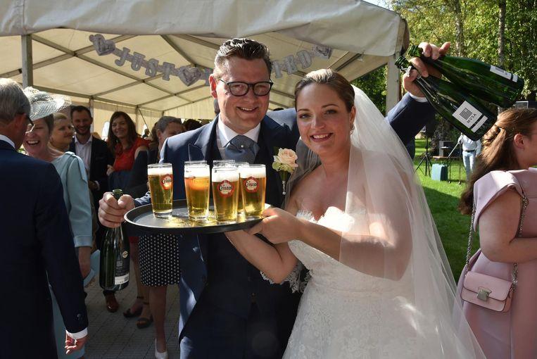 Schepen Filip De Landtsheer en zijn bruid Anouk trakteren met pintjes en cava.