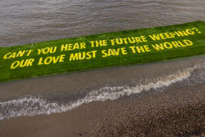 Activisten van Extinction Rebellion ontrolden vrijdag een grasprotest in de Thames. De boodschap was gericht aan de Britse regering in de aanloop naar de grote klimaatconferentie, later dit jaar in Glasgow.