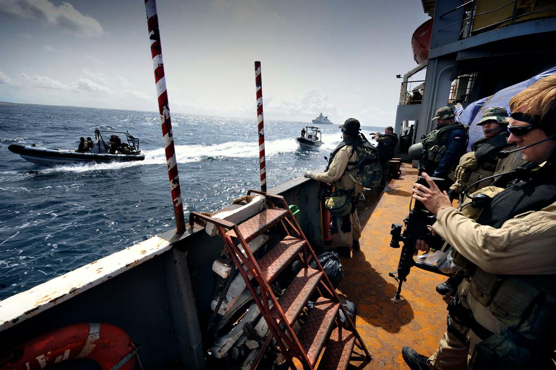 Militairen aan boord van een Nederlands fregat tijdens de internationale missie tegen piraterij bij Somalië. Beeld Sven Torfinn