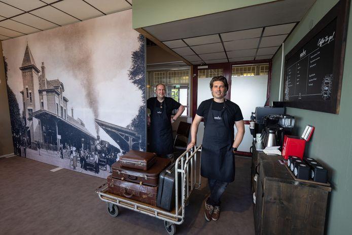 Er wordt weer koffie geschonken op het perron van Station Kampen. (Perron 1) Rechts Martijn Sollie en Hendrik Stegeman.