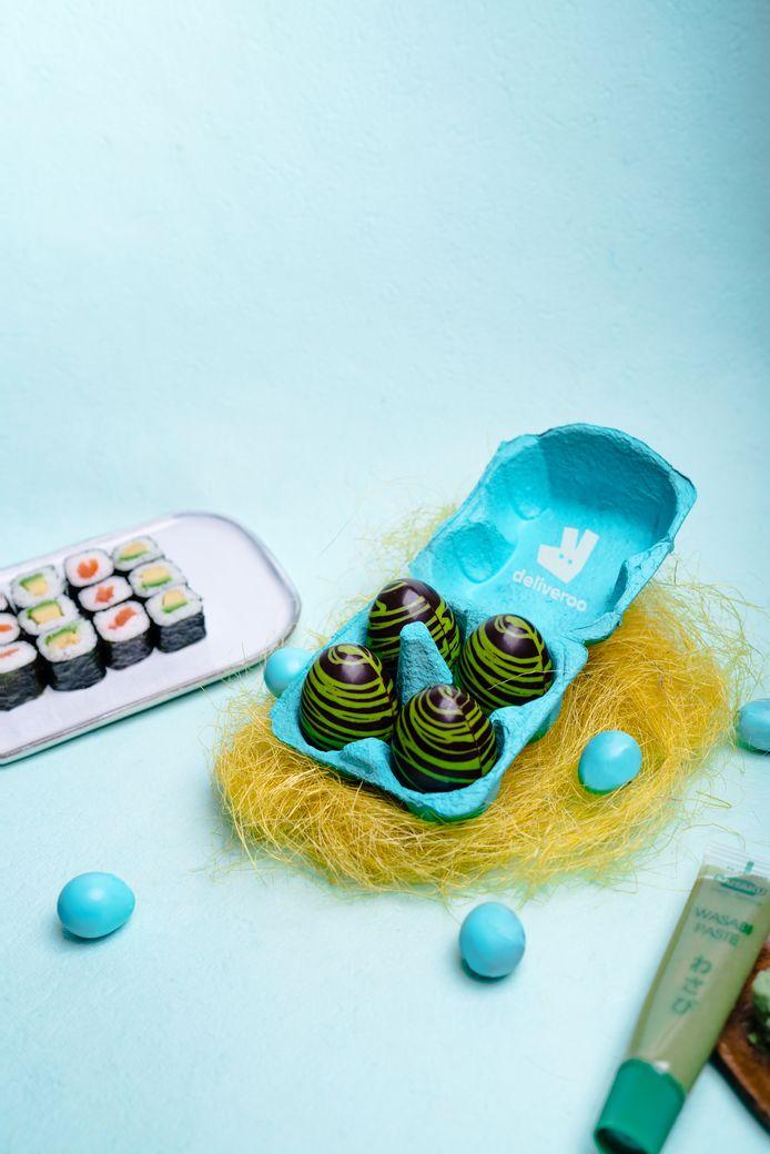 """L'oeuf """"sushi"""" est épicé avec du wasabi. La version """"poké bowls"""" est une combinaison de riz croustillant et de mangue. Le classique banane et chocolat est déjà une combinaison appréciée du plus grand monde.   L'ananas a-t-elle sa place sur une pizza? Deliveroo est en tout cas déjà convaincu que cette association est parfaite dans un œuf en chocolat!"""