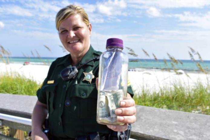 Agente Paul Pendleton met Brians aangespoelde fles.
