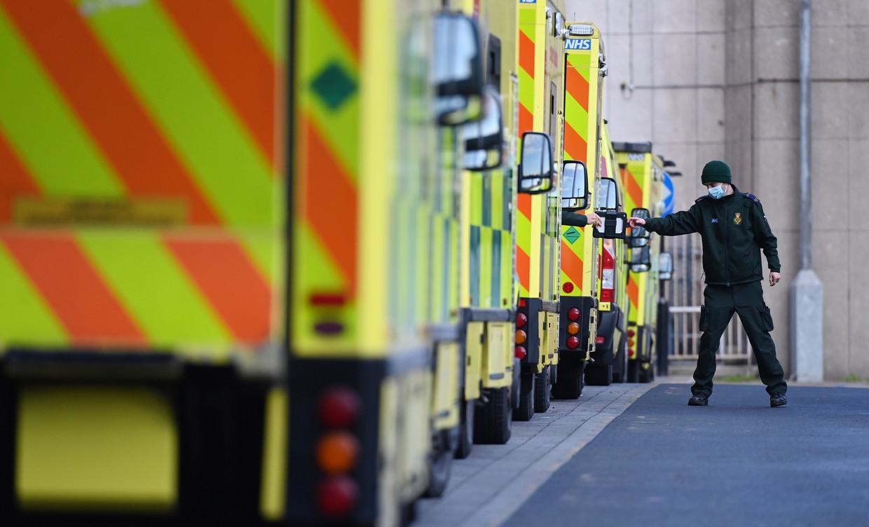 In Engeland staan de ambulances in de rij om een plek te vinden voor hun coronapatiënten.  Beeld EPA