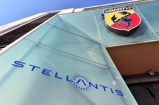 Het logo van Stellantis bij één van de fabrieken, hier in Turijn.