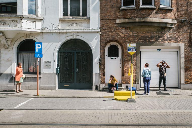De Rozemarijnbrug aan de Spaelaan: een vrij chaotisch geheel van gele blokken, rood-witte paaltjes en enkele slordige borden van De Lijn wijst op een tijdelijke tramhalte.  Beeld Wouter Van Vooren