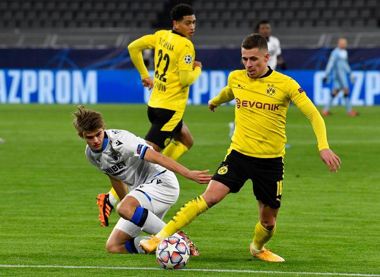 Club Brugge-speler Charles De Ketelaere in duel met Thorgan Hazard van Dortmund, dinsdagavond. Beeld AP