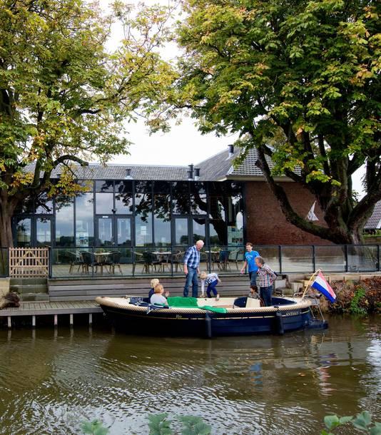 Met gezamenlijke inzet werd het schoolgebouw in Oudkarspel gered.