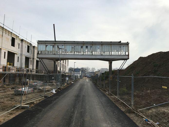 De woningen op Strijp-R in Eindhoven worden momenteel gebouwd, rechts komt het Bruggebouw.