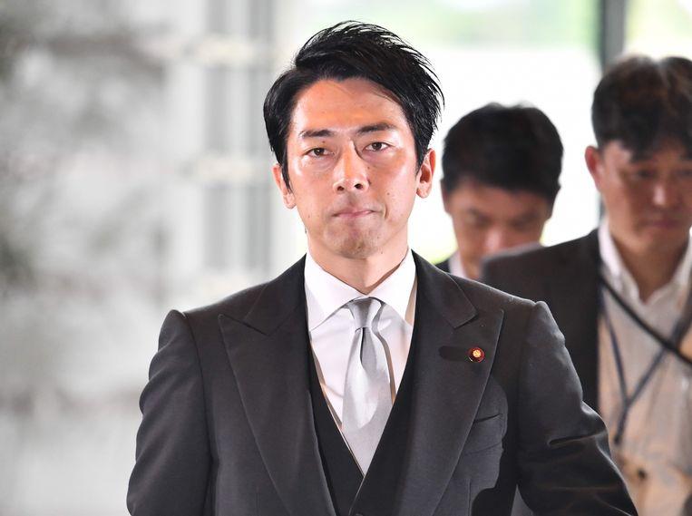 Shinjiro Koizumi, de nieuwe Japanse minister van Milieu, arriveert woensdag in Tokio bij de residentie van premier Abe. Beeld AFP