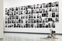 De portretten van alle deelnemende kunstenaars. Op de voorgrond een kunstwerk van Nurzehra Ulukaya.