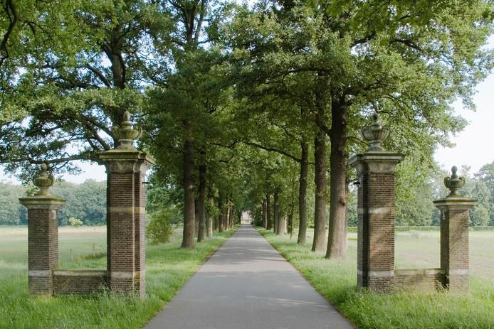 De toegangspoort van begraafplaats Kranenburg