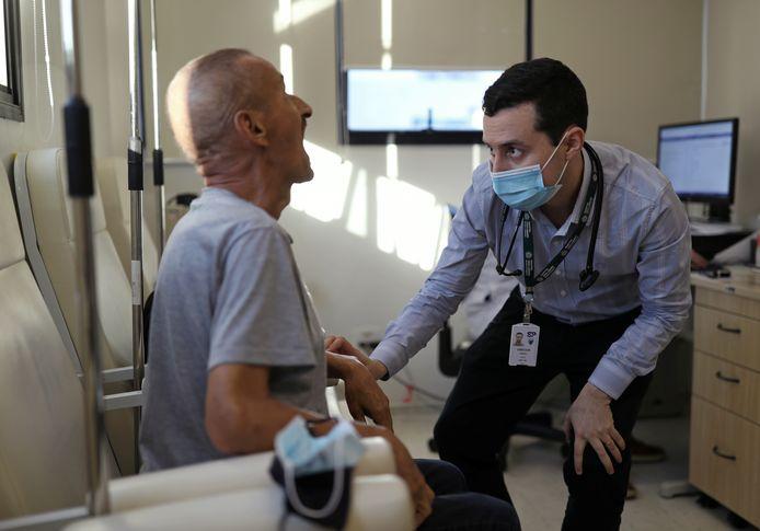Een vrijwilliger in Brazilië krijgt het experimentele vaccin toegediend.
