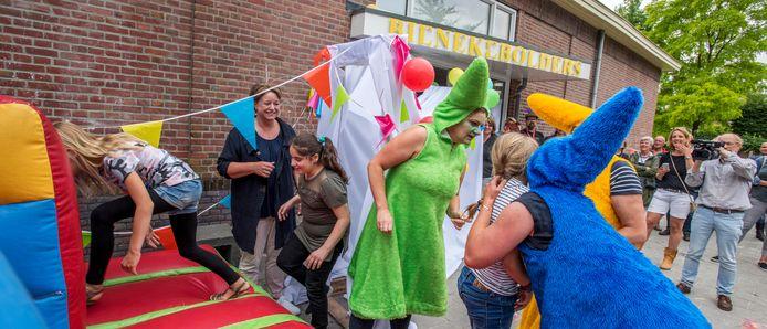 Laatste schooldag in 2017 voor de kinderen van Bienekebolders in hun pand aan de Bosstraat in Moergestel.