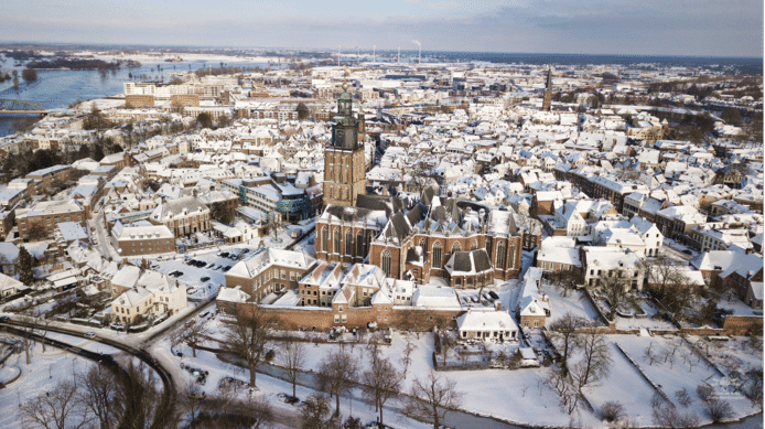 De majestueuze Walburgiskerk als middelpunt van het winterse Zutphen.