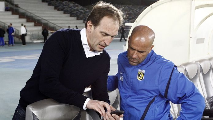 Vitesse-directeur Joost de Wit met hoofdtrainer Peter Bosz.