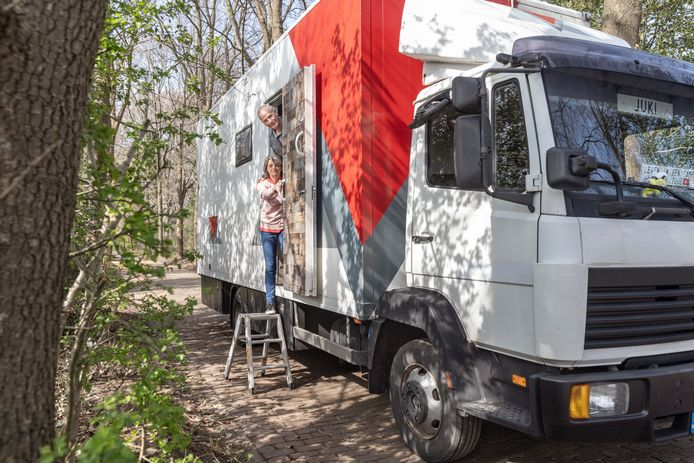 Heman en Gea Joërsen bouwden een Mercedes-truck om tot camper, woning en werkplaats voor beton-, boor- en zaagbedrijf. Ze staan regelmatig op de camperplaats in Dalfsen