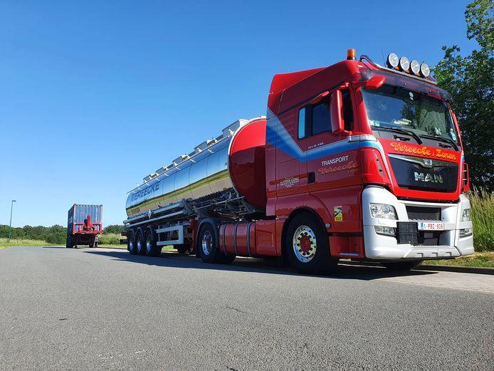 Vrachtwagens parkeren, zoals hier in het begin van het Loveld in Aalter, is vandaag nog perfect wettig. Binnenkort mag het niet meer.