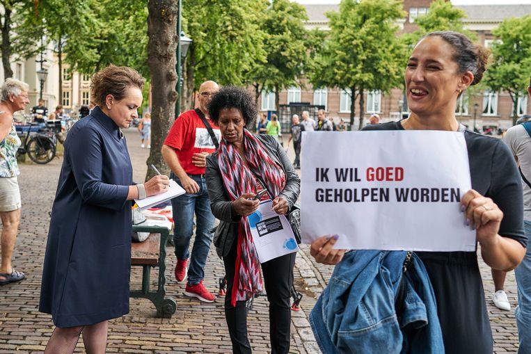 Staatssecretaris Alexandra van Huffelen in gesprek met de gedupeerden van de  toeslagenaffaire. Beeld ANP