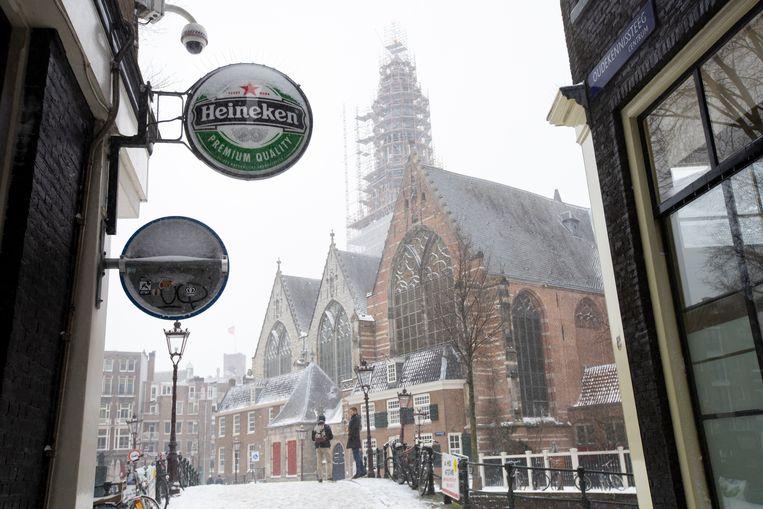 Een Heineken-bord staat op de gevel van een bar, gesloten vanwege het coronavirus in Amsterdam Beeld AP